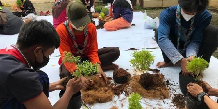 Sako SPN Depok Bertanam Ala Jepang dengan Kokedama